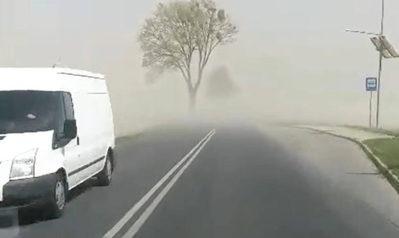 Silny wiatr powodował we wtorek (23.04.2019) trudne warunki na drogach w Polsce. Na otwartych przestrzeniach tworzyły się pyłowe zamiecie. Zjawisko miało