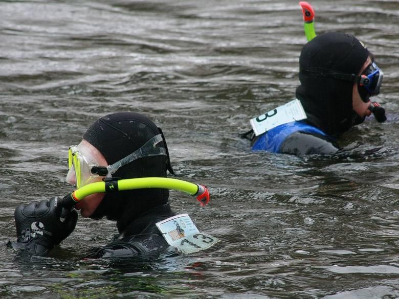 Uczestnicy przepłynęli wpław osiem kilometrów w lodowatej wodzie.