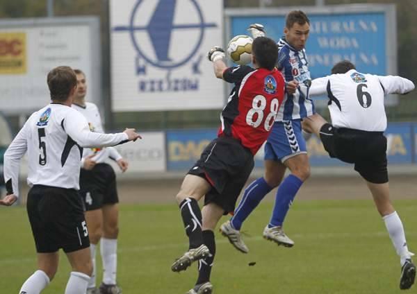 Wojciech Fabianowski (biało-niebieska koszulka) w ostatniej kolejce strzelił trzy bramki.