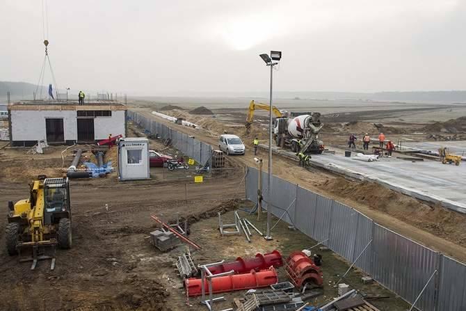 Przetarg wart 56,5 mln zł na budowę terminalu latem wygrała firma Mostostal Warszawa. Budynek terminalu ma nawiązywać architektonicznie do mazurskiego krajobrazu, zawierać motyw odlatujących żurawi, strefę zieleni i trzcin oraz małe lustra wody.