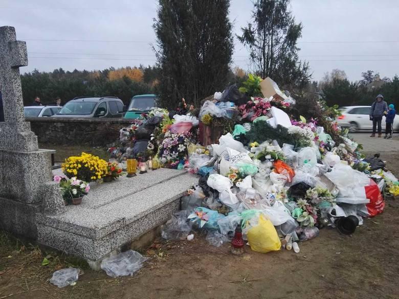 Tak wyglądał cmentarz w dniu Wszystkich Świętych - napisał do nas Internauta. - To przechodzi ludzkie pojęcie.Jak twierdzi nasz Czytelnik chodzi o nekropolię
