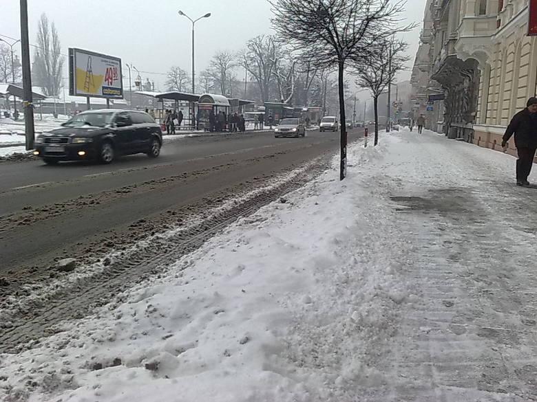 Parking powstał na szerokim chodniku.
