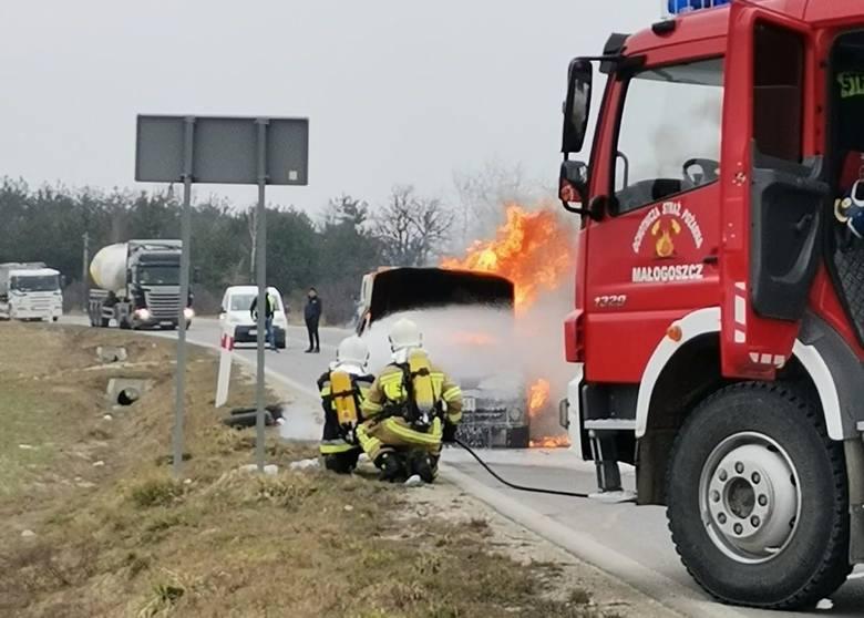 Renault megane całkowicie spłonęło w czwartkowe przedpołudnie na drodze wojewódzkiej w miejscowości Wrzosówka w powiecie jędrzejowskim. Rzecz miała miejsce