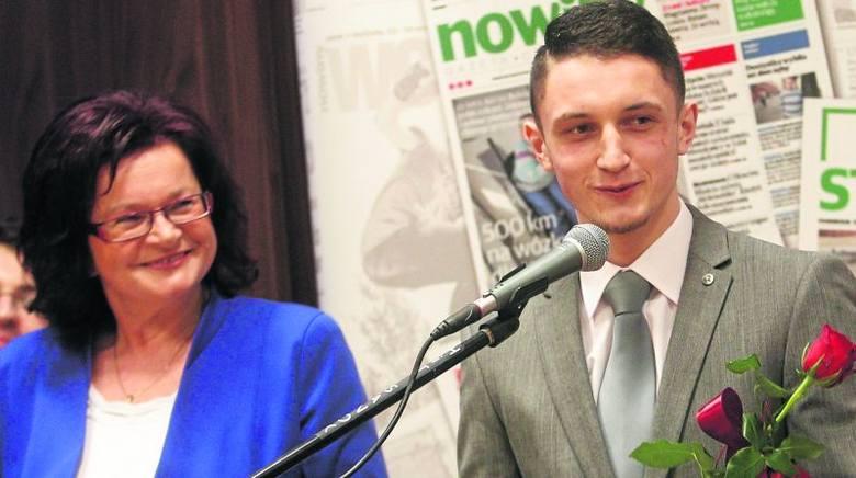 """Adam Ruda w ostatniej edycji plebiscytu Nowin przyjmował gratulacje za wygranie kategorii """"Talent roku"""". Statuetkę wręczała mu Maria Kurowska, wicemarszałek"""