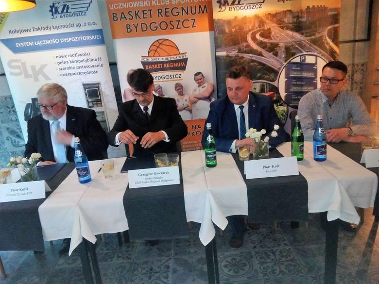 Podpisanie umowy pomiędzy KZŁ a klubem. Od lewej: Piotr Kufel, Grzegorz Owczarek, Piotr Król i Martin Daliga.