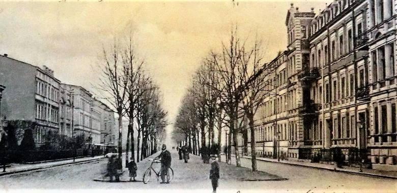 Początek XX wieku - jeszcze bez tramwajów, ale już ze współcześnie wyglądającym rowerem, który jest rówieśnikiem alei Wojska Polskiego