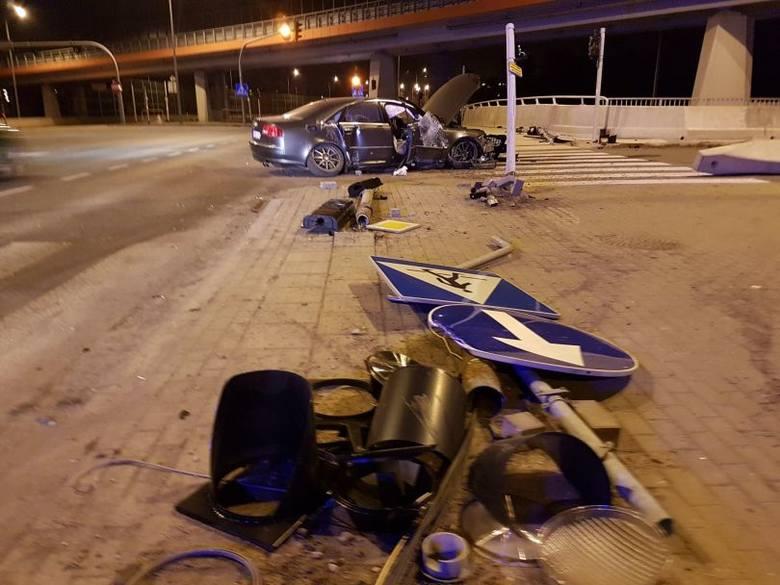 Wieczorem w Rzgowie na ul. Tuszyńskiej policjanci spostrzegli podejrzanie zachowującego się kierowcę w sportowym samochodzie na niemieckich numerach