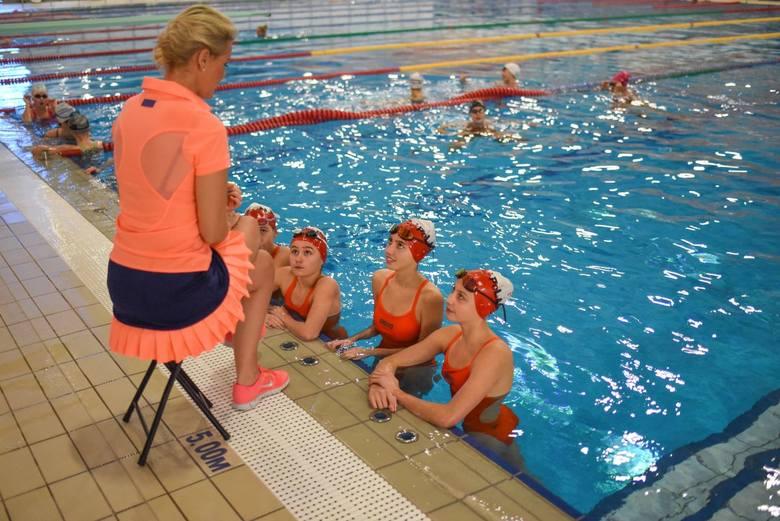 Alona Szczepańska ze swoimi dziewczynami spędza na basenie mnóstwo czasu. Zawodniczki trenują bowiem sześć razy w tygodniu