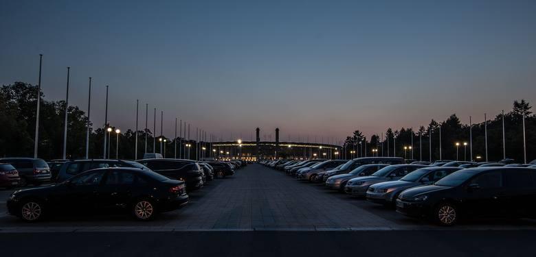 Jedziesz na mecz samochodem? Nie masz się czym martwić! Pod samym Olympiastadion znajduje się wielki darmowy parking.