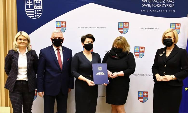 W podpisaniu umowy na dofinansowanie projektu Regionalnego Programu Operacyjnego Woj. Świętokrzyskiego, dzięki któremu w gminie Koprzywnica powstaną