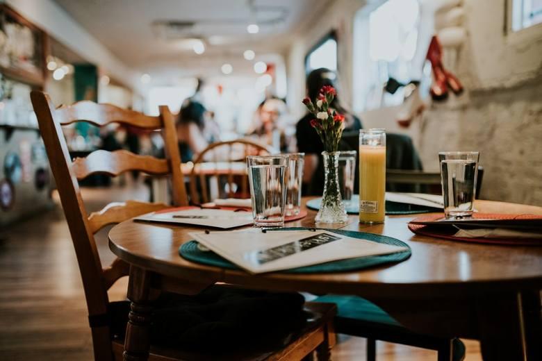 """Wegetarianin w restauracji często usłyszy właśnie takie zdanie: """"Sobie pani/pan zrzuci to mięso"""". Przecież to żaden problem. Z kanapki"""