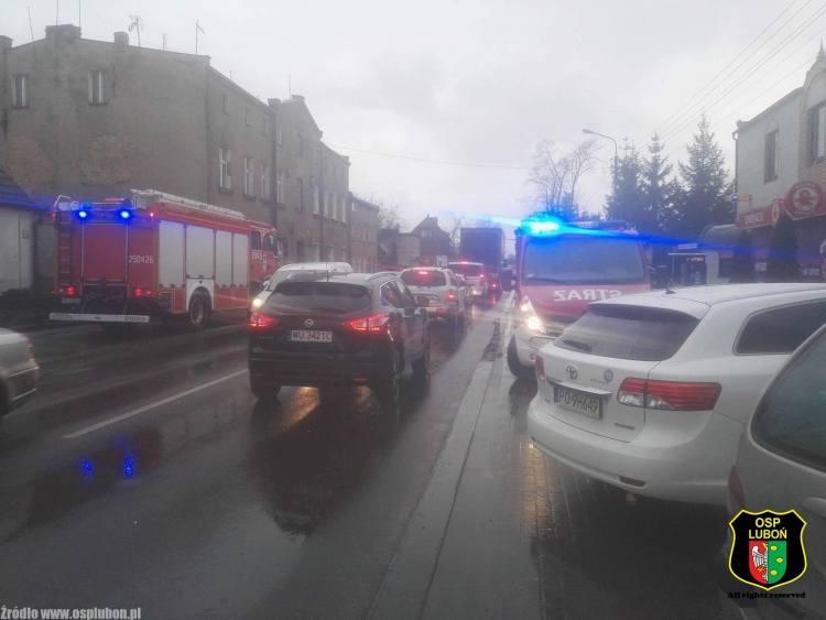 Luboń: Zerwana linia wysokiego napięcia zablokowała drogę