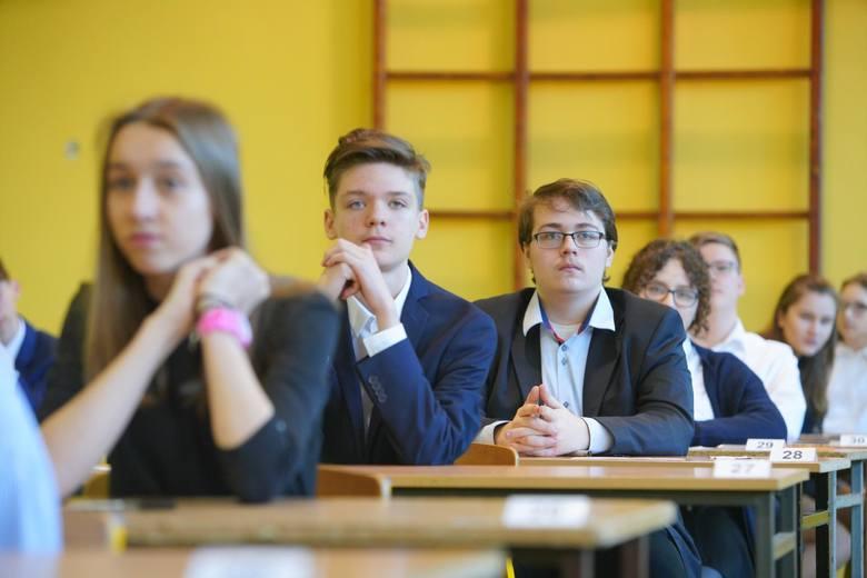 Dzisiaj druga część egzaminów gimnazjalnych. Uczniowie piszą zadania z części matematyczno-przyrodniczej. Na naszej stronie znajdziecie arkusze CKE i