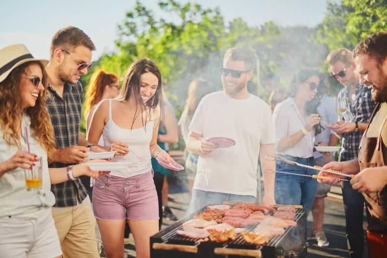 Wśród zaproszonych zapewne znajdą się  miłośnicy grillowanych klasyków, jak i Ci, którzy doceniają kulinarne eksperymenty. Dobrze pamiętać także o osobach