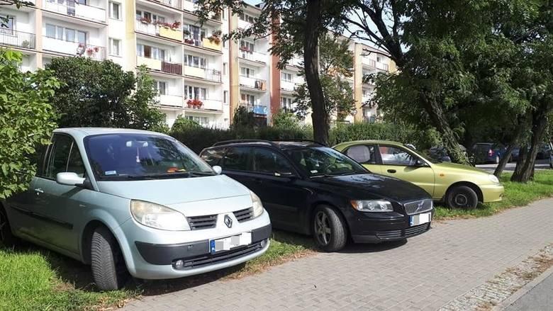 Niedzielni kierowcy przyjeżdżają na giełdę i parkują jak chcą - narzekają mieszkańcy Wyżyn [zdjęcia]