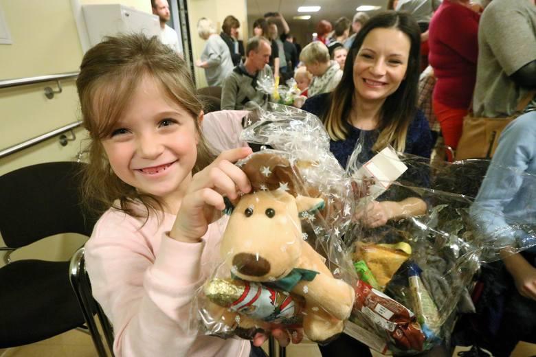 Św. Mikołaj odwiedził byłych pacjentów oddziału oparzeń w Łęczej i rozdał dzieciom świąteczne prezenty
