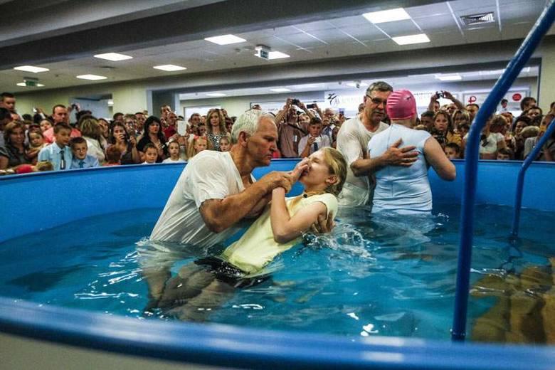 Świadkowie Jehowy przyjęli chrzest w hali na Podpromiu [FOTO]
