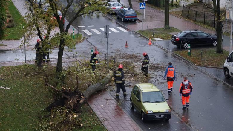 Orkan Grzegorz daje się we znaki mieszkańcom całej Polski. W woj. śląskim strażacy interweniowali ponad 1 000 razy. Usuwali powalone drzewa i pompowali