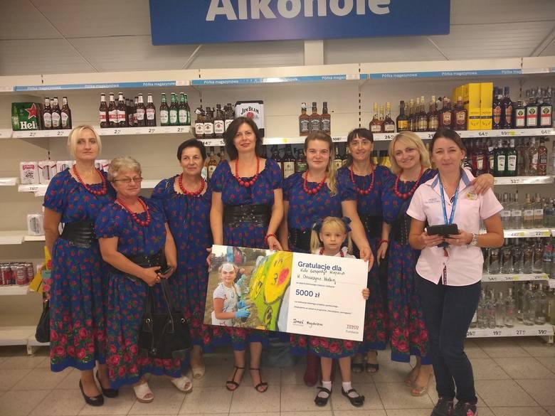 Gospodynie otrzymały symboliczny czek od kierownik sklepu Tesco w Kazimierzy Wielkiej,  Magdaleny Tomal.