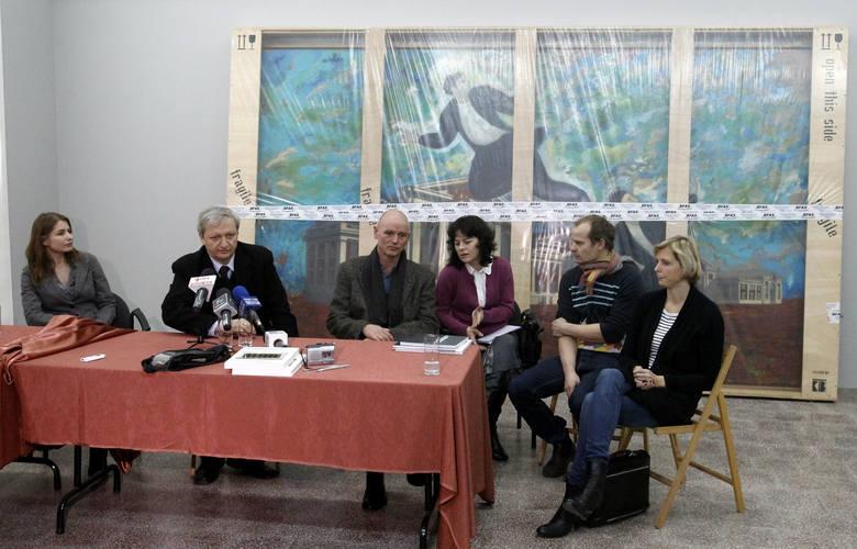 Konferencja prasowa przed rozpakowaniem obrazów. Od lewej Magdalena Lewoc , dyrektor Lech Karwowski i ich goście z Niemiec, którzy przywieźli obrazy,