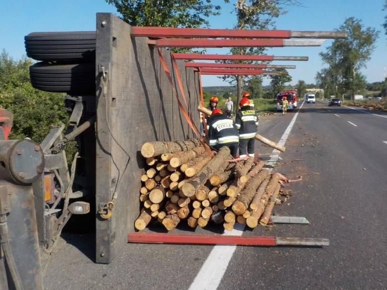 W Chełmnie na drodze krajowej nr 91 przewróciła się przyczepa, na której przewożone było drzewo. Jak mówią policjanci, kierowca stwierdził, że uszkodził