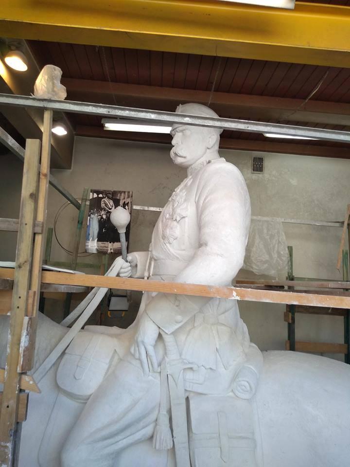 Autorem pomnika jest artysta Władysław Dudek.