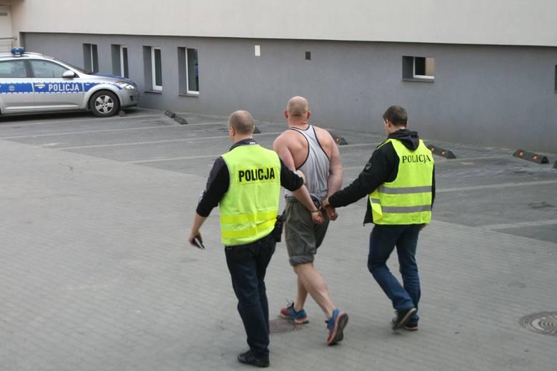 W środę, około godziny 16, bielscy policjanci otrzymali informację o napadzie na pracownika firmy kurierskiej. Natychmiast pojechali tam policjanci Ogniwa