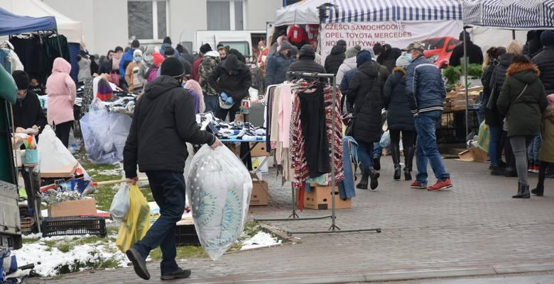 Niedzielny targ, 29 listopada w Wierzbicy w powiecie radomskim przyciągnął bardzo wielu sprzedających i kupujących. Panował duży ruch. Wszystkich nie
