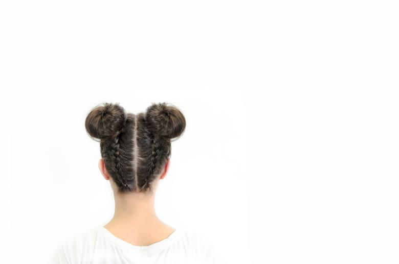 fryzury lata 90. fryzury z grzywką minikoczki refleksy uczesania z lat 90 znów w modzie