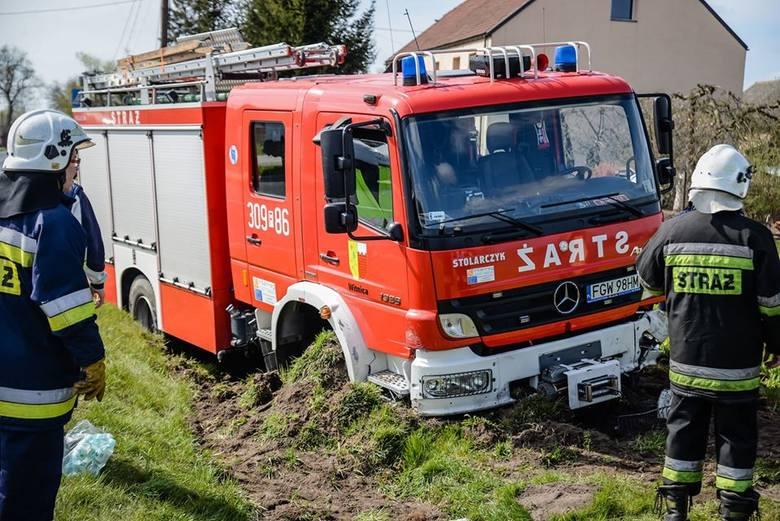 Dwa groźnie wyglądające zdarzenia miały miejsce na drodze wojewódzkiej nr 132. Strażacy, którzy jechali do kolizji, sami mieli kolizję z innym pojazdem.
