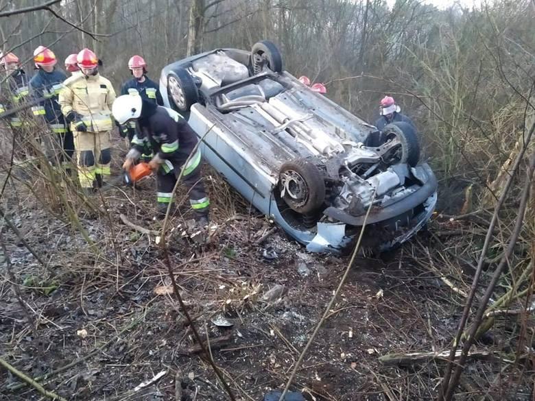 Do groźnego zdarzenia doszło dziś (14 stycznia) o poranku w Borównie koło Bydgoszczy. Auto osobowe wpadło do rowu. Dwie osoby, w tym dziecko, zostały