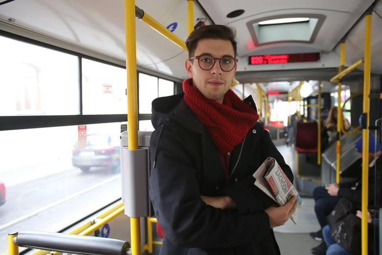 Autor reportażu w autobusie linii 820. Zdjęcie udało się wykonać dopiero około godz. 9.40. Wcześniej tłum był tak gęsty, że fotograf nie mógł wyjąć aparatu z torby.