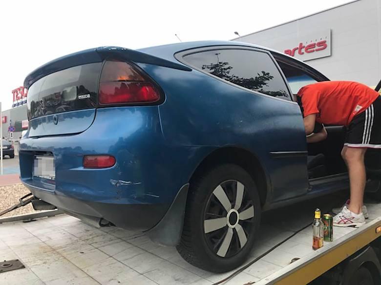 Do zdarzenia doszło w piątek, 24 sierpnia. Na parking Tesco przy ul. Energetyków podjechała mazda, zygzakiem. Ludzie, widząc zachowanie kierowcy oraz