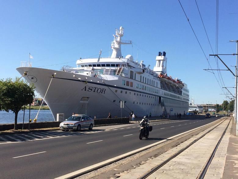 Wycieczkowiec Astor o długości przeszło 176 metrów zacumował przy Wałach Chrobrego. Astor pływa pod banderą Wysp Bahama i może pomieścić około 600 pasażerów.