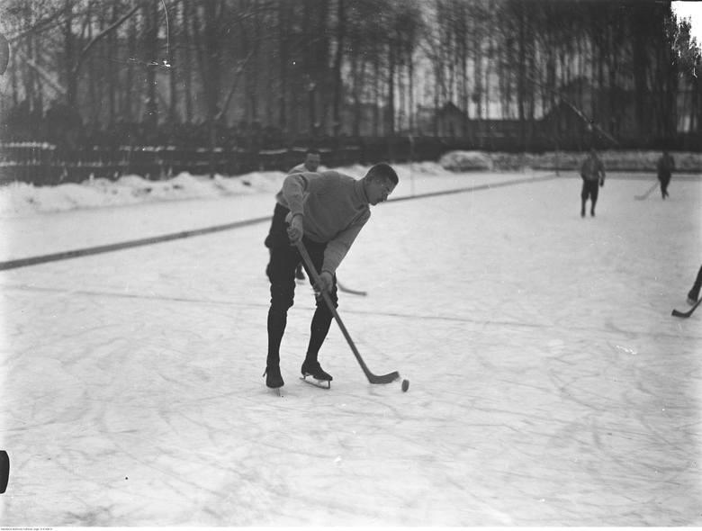 """Mecz Cracovia - Makkabi w styczniu 1927 roku; na pierwszym planie gracz """"Pasów"""" Michał Pazdanowski"""
