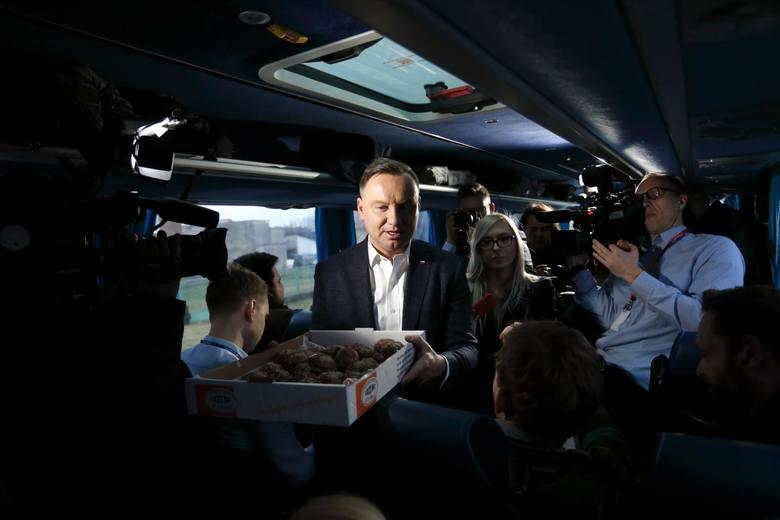 20.02.2020 lowiczduda bus rusza w trase n/z andrzej duda czestuje paczkami mediafot. adam jankowski / polska press