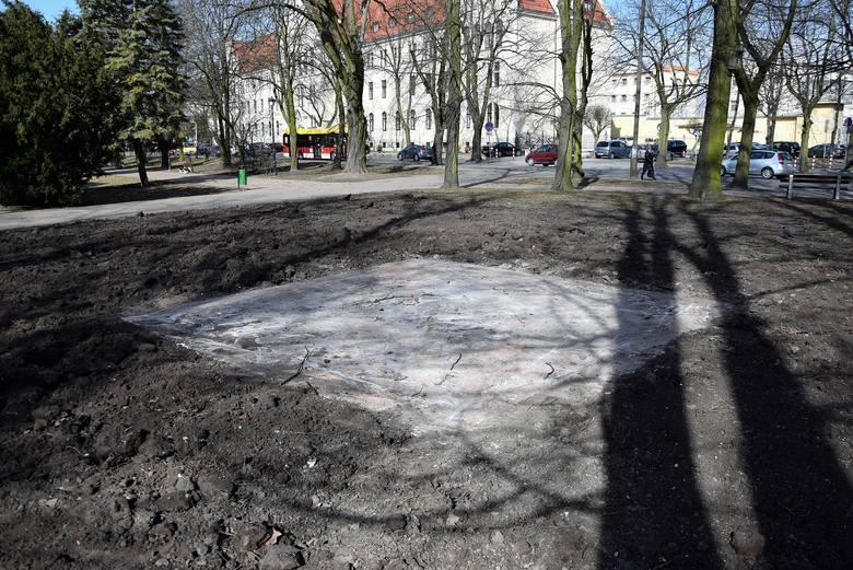 Wiele kontrowersji wzbudziła decyzja Rady Miejskiej Inowrocławia dotyczące przeniesienia pomnika Obrońców Inowrocławia w miejsce pomnika Wdzięczności.Iwona