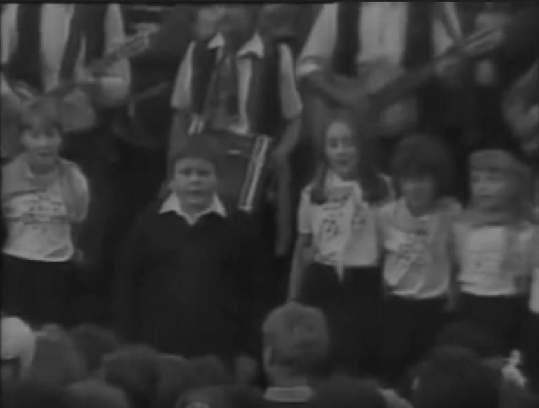 Piosenka została zaprezentowana w programie TV Katowice pt. ZAJECHAŁ WÓZ DO WADOWIC, który został zrealizowany i wyemitowany jesienią 1986 r. Piosenkę