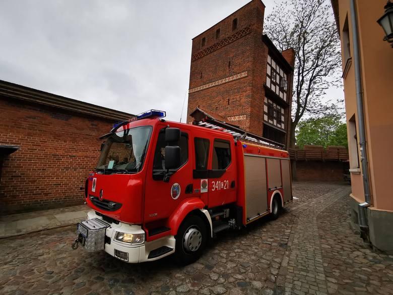 Dziś (15 maja) w godzinach przedpołudniowych w Krzywej Wieży pojawił się dym. Na miejsce skierowano trzy zastępy strażaków z PSP. Na szczęście w zabytkowej