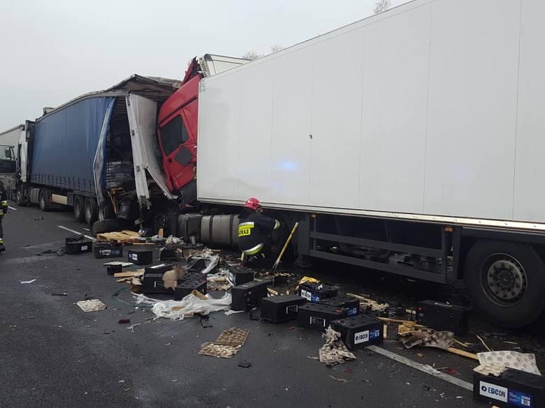 Straż zajęła się też zabezpieczeniem wycieku kwasu z akumulatorów znajdujących się na naczepie jednego z rozbitych pojazdów
