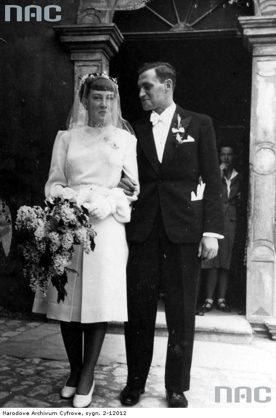 Młoda para przed kościołem po ceremonii zaślubin.