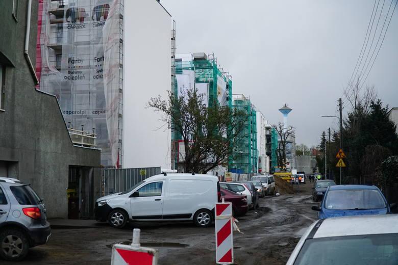 Błoto, hałasujące maszyny i rozjeżdżający ulice i chodniki ciężki sprzęt - z tym muszą się mierzyć na co dzień mieszkańcy okolic ulicy Kościelnej i św.