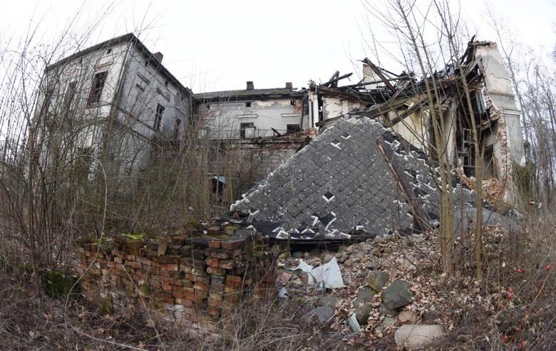 Tak obecnie wyglądają ruiny pałacu w Kosierzu (gmina Dąbie). Obiekt jest w coraz gorszym stanie, a właściciel pozostaje nieuchwytny...