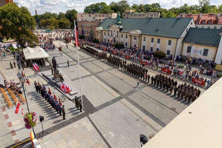 Uroczystości rozpoczynały się o godzinie 12.30, ale już na godzinę wcześniej widzowie zbierali się na placu przed pomnikiem Marszałka Józefa Piłsudskiego.