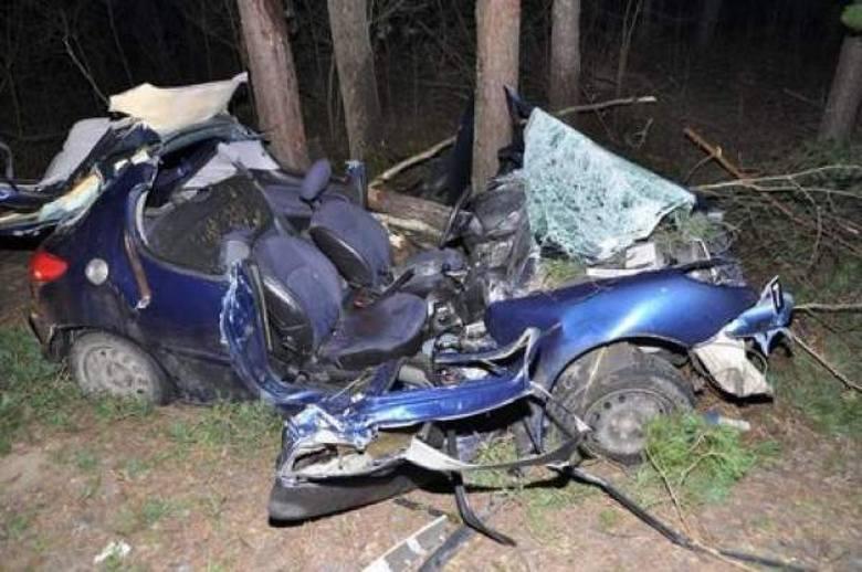 22-latek stracił panowanie nad autem na łuku jezdni i uderzył w drzewa. Kierowca nie żyje. W ciężkim stanie jest 23-letni pasażer peugeota. Policjanci