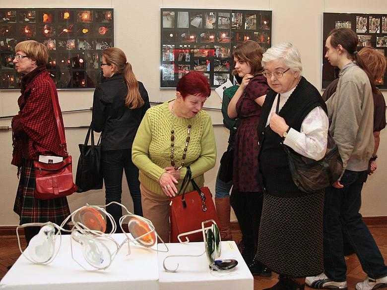 """Na otwarcie wystawy """"Oblicza szkła"""" przyszło około 80 osób"""