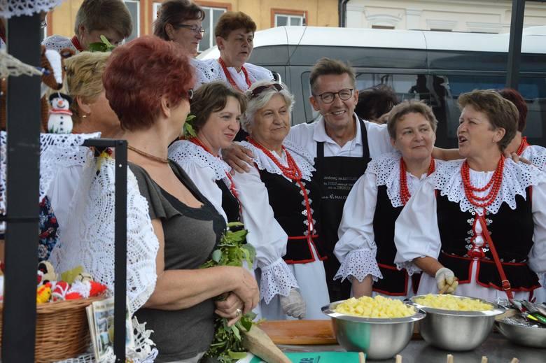 Andrzej Polan i gospodynie z Rodaków na rynku w Miechowie
