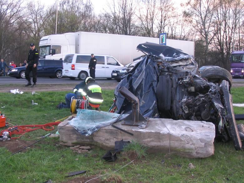 Policja wciąż sprawdza przyczyny wczorajszej tragedii. Według wstępnych ustaleń kierowca stracił panowanie nad pojazdem.