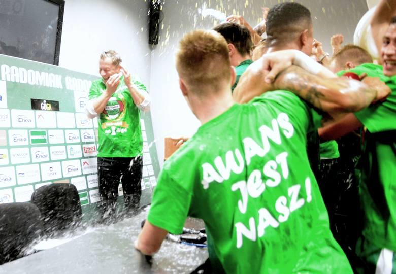 Radomiak Radom po przedostatniej kolejce drugiej ligi zapewnił sobie awans na zaplecze ekstraklasy. Zobaczcie jak zawodnicy i sztab szkoleniowy cieszyli