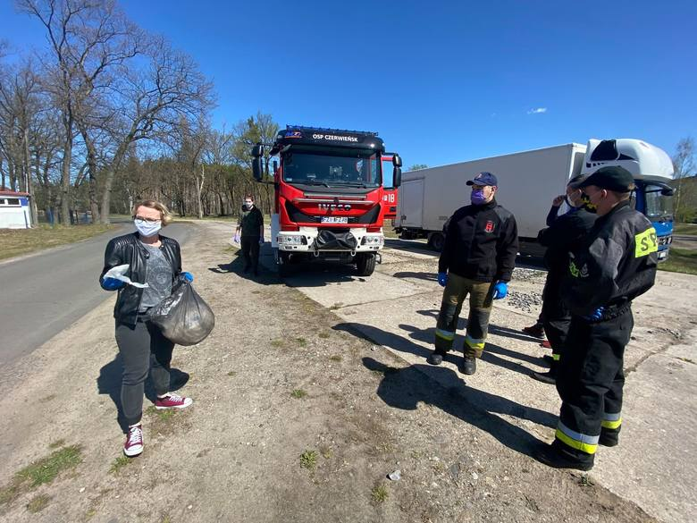 Niedzielna (19 kwietnia 2020) akcja rozdawania maseczek ochronnych przeciwko koronawirusowi w gminie Czerwieńsk.